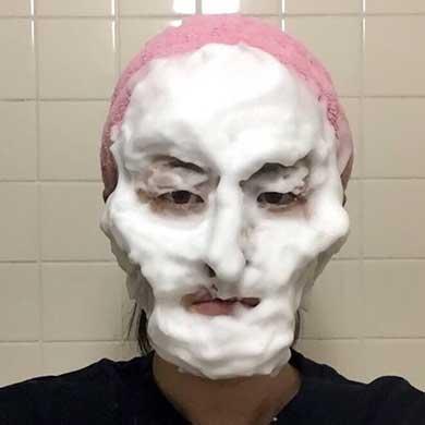 「洗顔ものまね」杉浦由梨さん 泡で芸能人の顔を創作!